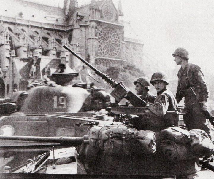 1944년 2차대전 당시 파리로 입성하는 도중 노트르담 대성당을 지나가는 미군의 모습(사진=https://www.parisenimages.fr)