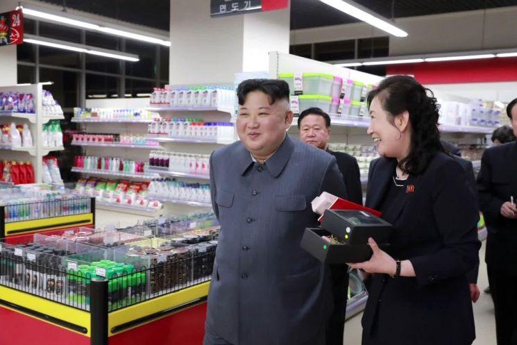 김정은 북한 국무위원장이 개업을 앞둔 평양 대성백화점을 현지 시찰했다고 조선중앙TV가 8일 보도했다. 사진은 대대적인 리모델링을 끝낸 백화점 내부를 둘러보는 김 위원장의 모습.