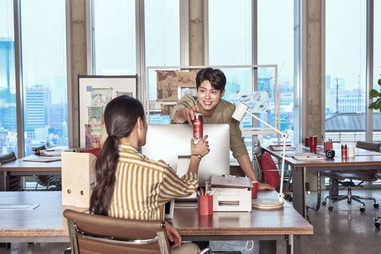 박보검, 나른한 오후를 '커피코카콜라'로 짜릿하게 깨우는 휴식 현장 포착