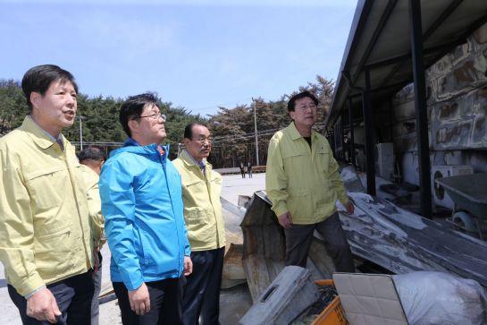 김기문 중소기업중앙회 회장(오른쪽 첫 번째)이 강원도 고성군 산불로 피해를 입은 중소기업 현장을 살펴보고 있다.