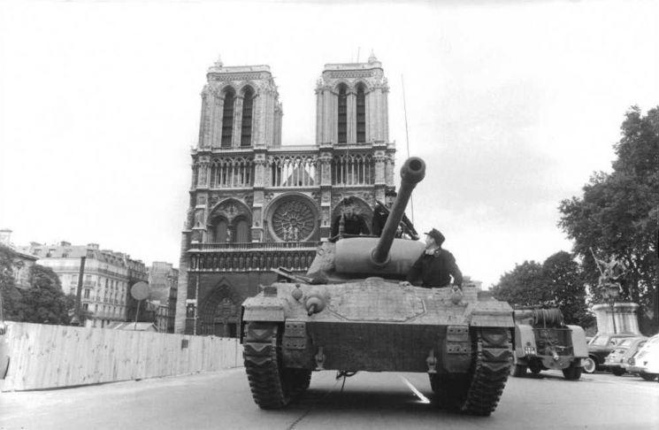 1944년 8월 노르망디 상륙작전에 성공한 연합군이 밀려오면서 히틀러는 노트르담 성당을 비롯해 파리시 곳곳에 폭탄을 설치하고 파리 주둔 독일군에게 파리를 폐허로 만든 뒤 퇴각할 것을 지시했지만, 당시 주둔군 사령관인 콜티츠 장군은 이 명령을 거부했다.(사진=영화 '파리는 불타고 있는가' 장면 캡쳐)