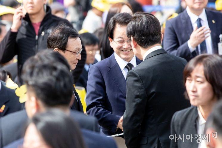 [포토] 인사하는 이해찬 대표-정동영 대표-이재명 경기
