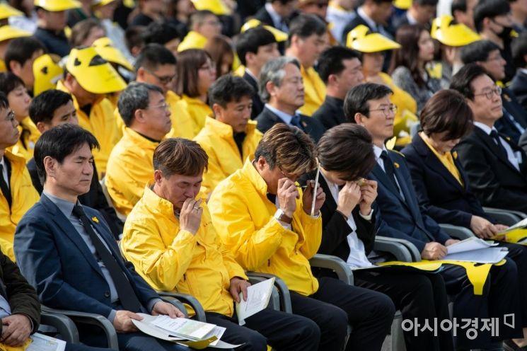 [포토] 눈물 닦는 세월호 희생 학생 유가족