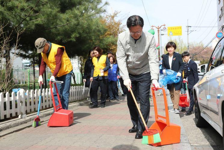 [포토]채현일 영등포구청장 영등포역 뒤편 거리 청소