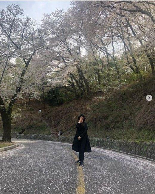 배우 이다해가 벚꽃놀이 중인 사진을 공개했다/사진=이다해 인스타그램 화면 캡처