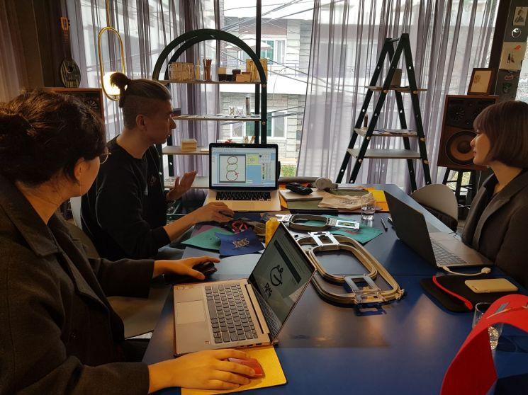 '릴리쿰 스테이지'에서 컴퓨터 자수를 가르치는 '까나리'씨가 수강생들에게 기본 프로그램 기능을 설명하고 있다.