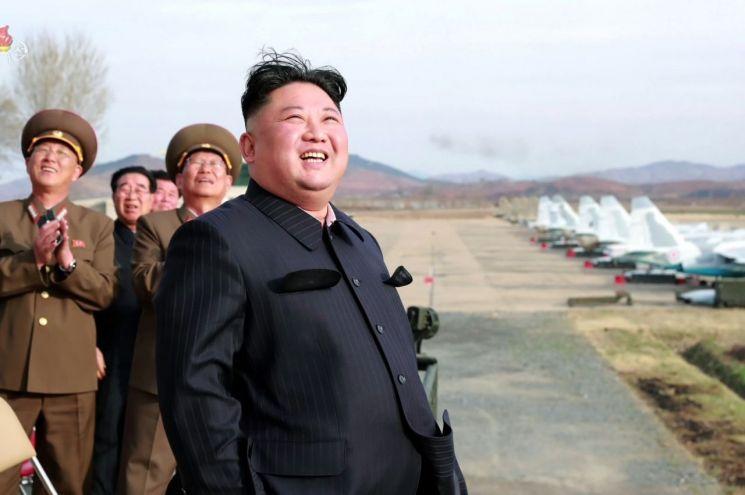북한 김정은 국무위원장이 16일 공군 제1017군부대 전투비행사들의 비행훈련을 현지 지도했다고 조선중앙TV가 17일 보도했다. (사진=연합뉴스)