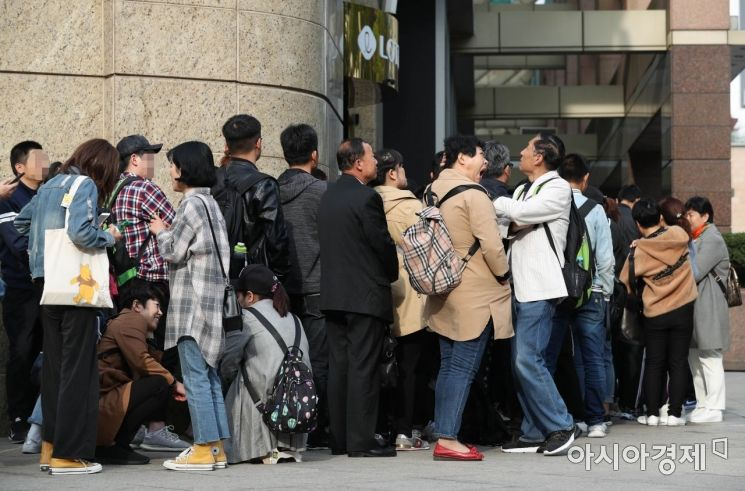 18일 서울 중구 롯데백화점 면세점 입구에서 외국인 관광객들이 입장을 기다리고 있다. 한국면세점협회에 따르면 지난달 국내 면세점 매출액이 처음으로 2조원을 돌파하며 3개월 연속 최대 매출을 기록했다. /문호남 기자 munonam@