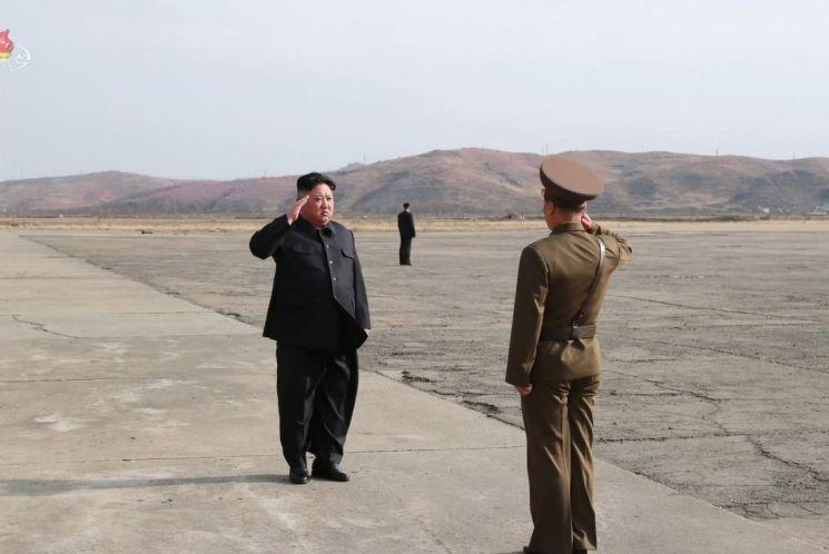 김정은 북한 국무 위원장이 군 간부로부터 거수경례를 받고 있다. [이미지출처=연합뉴스]