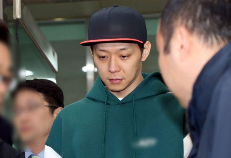 마약 투약 혐의를 받은 가수 박유천(33)이 18일 경찰 조사를 마치고 경기남부지방경찰청에서 나오고 있다/사진=연합뉴스