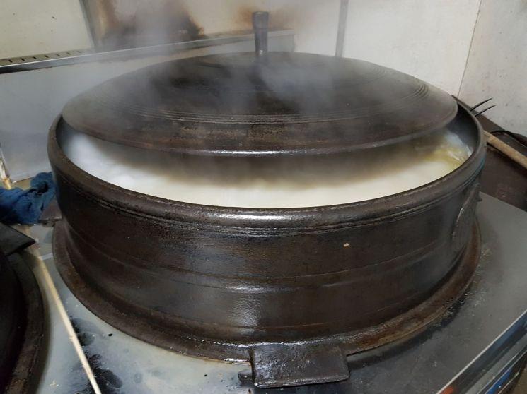 안일옥 주방 가마솥에서 사골 국물이 펄펄 끓고 있다.