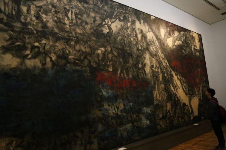 일본 오키나와 기노완시에 위치한 사키마 미술관에서 1945년 오키나와 전투의 참상과 일본군의 만행을 표현한 오키나와전도(戰圖, 마루키 이리·마루키 토시 作)을 관람객이 바라보고 있다.<이미지출처:연합뉴스>