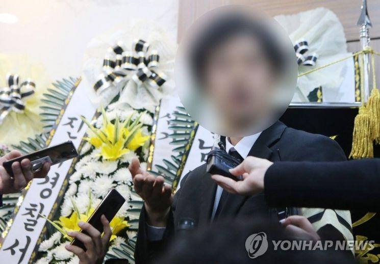 19일 오전 경남 진주시 한일병원 장례식장에 마련된 진주 방화·흉기 난동 희생자 합동분향소에서 희생자 유족이 입장발표를 하고 있다.
