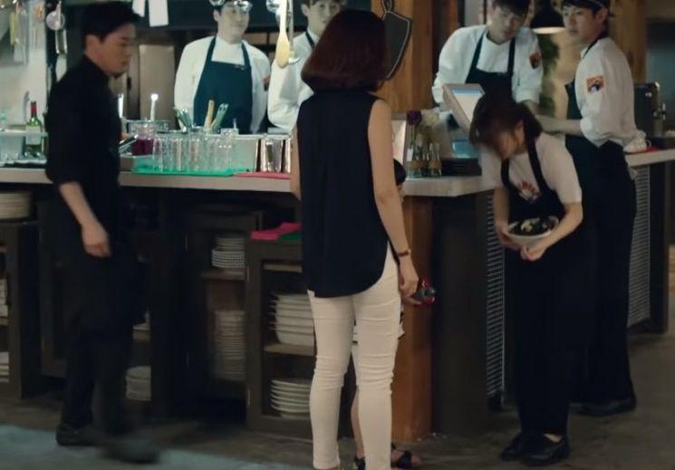 갑질 손님, 즉 비매너소비자에게 갑질을 당하는 근로자의 모습을 그린 TV드라마의 한 장면. [사진=유튜브 화면캡처]