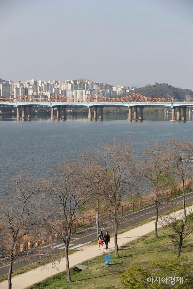맑고 포근한 봄 날씨를 보인 19일 서울 한남대교에서 바라본 한강공원에서 시민들이 산책을 하고 있다. /문호남 기자 munonam@