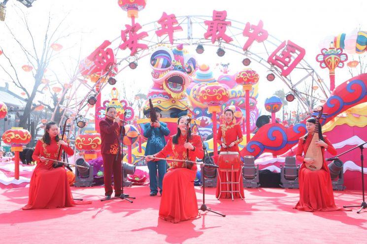 중국 시안 공연단의 민속악기 연주