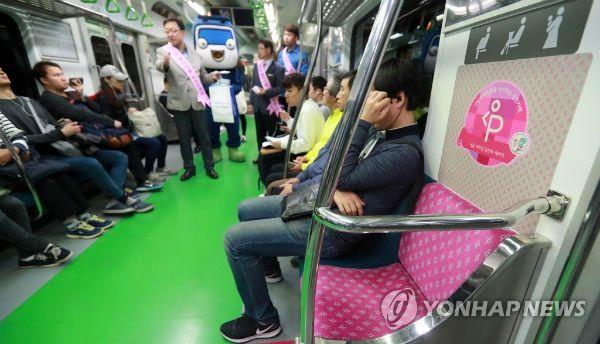 지하철에서 임산부석에 앉은 임산부에게 욕설을 하고 폭행을 한 혐의를 받는 50대 남성이 1심에서 집행유예를 선고받았다./사진=연합뉴스