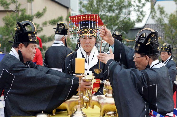 이개호 농림축산식품부 장관이 초헌관으로 제례를 봉행하고 있다.