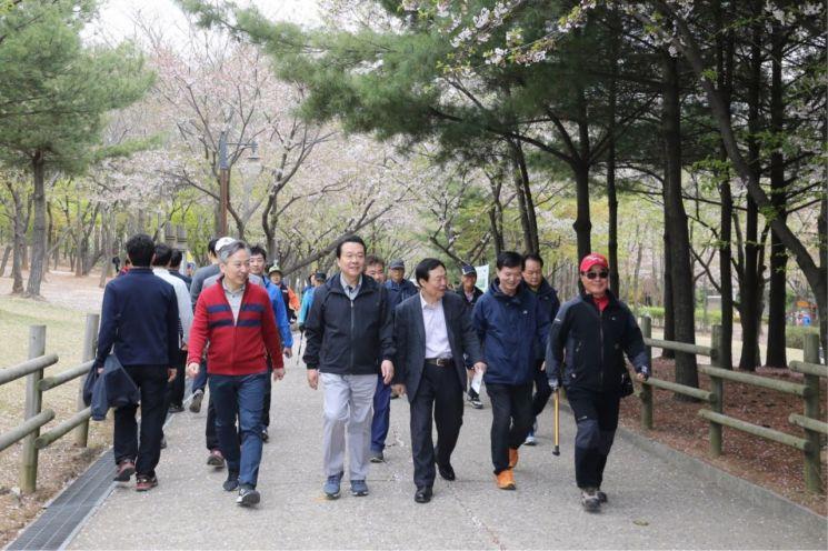 노현송 강서구청장(왼쪽 두 번째)이 주민들과 함께 개화산 둘레길을 걷고 있다.