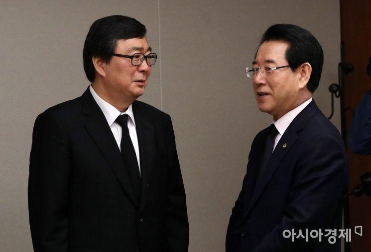 [포토] 김홍업 전 의원과 인사하는 김영록 전남지사