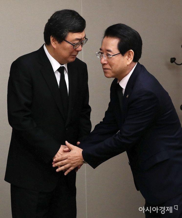 [포토] 김홍업 전 의원과 인사나누는 김영록 전남지사