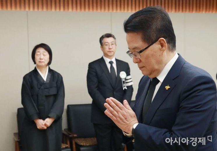 [포토] 고인 위해 기도하는 박지원 의원