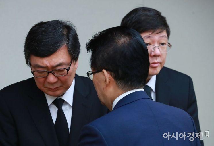 [포토] 유가족 위로하는 박지원 의원