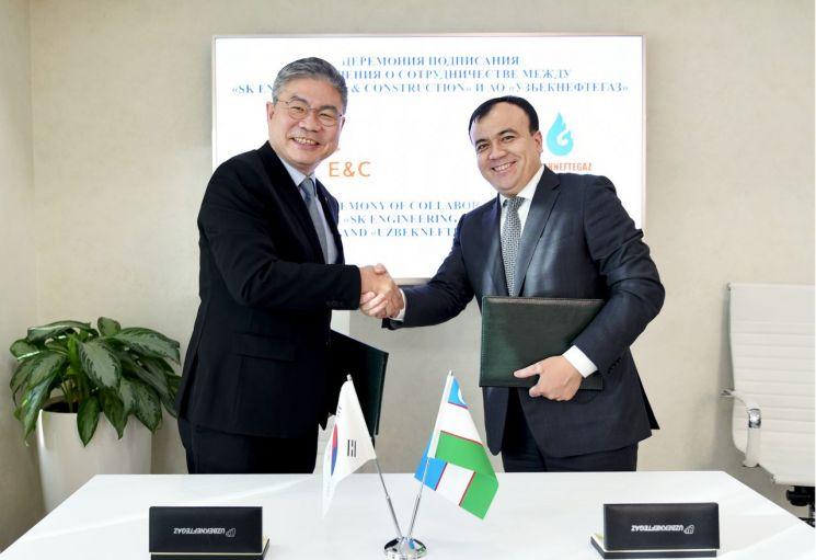 안재현 SK건설 사장(왼쪽)과 시디코프 UNG회장(오른쪽)이 협약서에 서명을 마치고 악수하고 있는 모습.