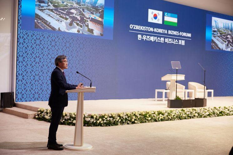 김진용 인천경제청장이 한-우즈벡 비즈니스 포럼에서 발표를 하고 있다.