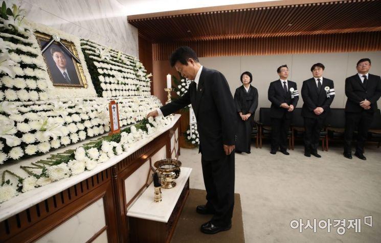 [포토] 헌화하는 한화갑 총재