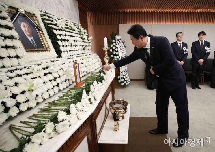 [포토] 헌화하는 이동섭 의원