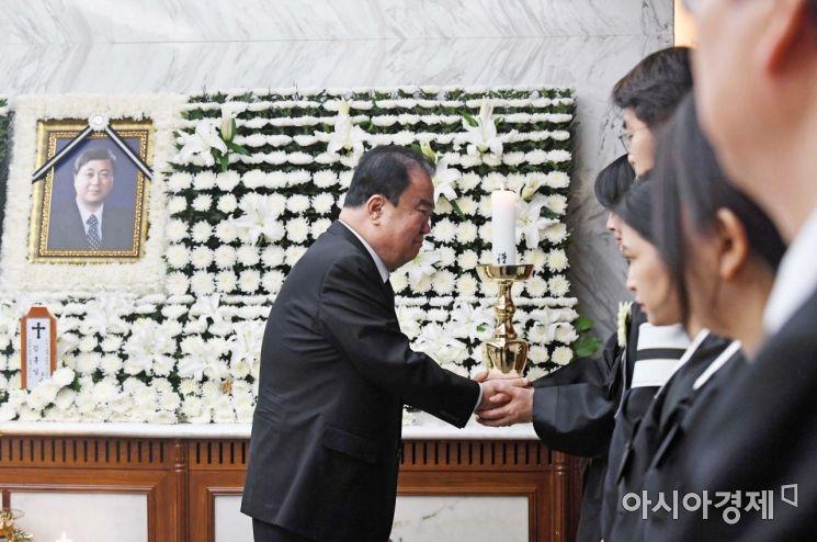 [포토] 유가족 위로하는 문희상 국회의장