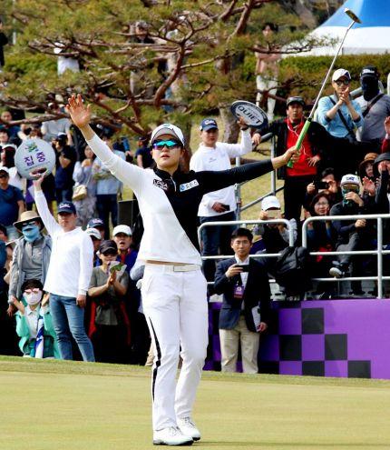 이승연이 넥센ㆍ세인트나인마스터즈 최종일 18번홀에서 우승 버디를 낚은 뒤 환호하고 있다. 사진=KLPGA