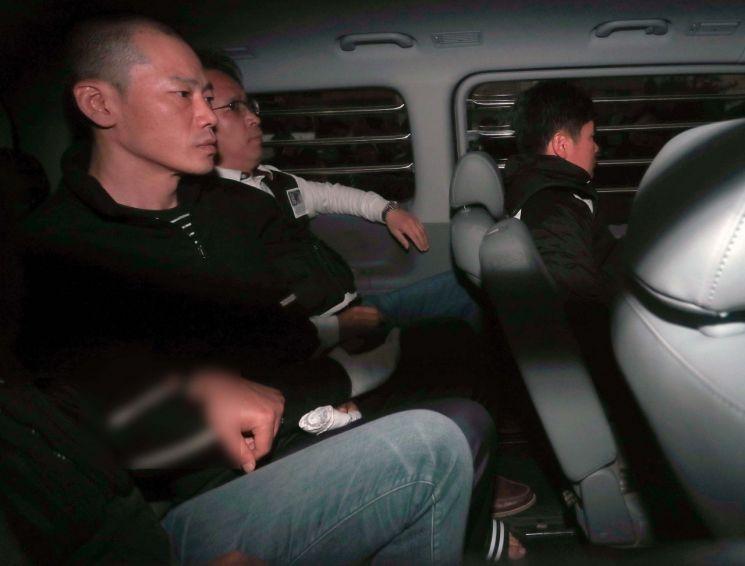진주 아파트 방화·살인 혐의로 구속된 안인득(42)이 병원을 가기 위해 19일 오후 경남 진주경찰서 내 경찰차에 앉아있다.사진=연합뉴스