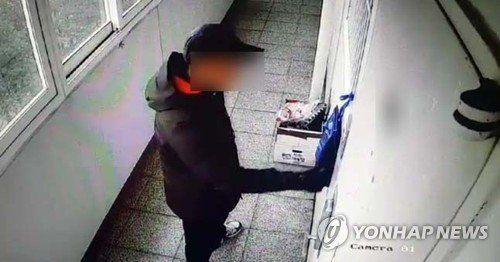 17일 오전 경남 진주시 가좌동 아파트에 방화·살해한 안모(42)씨가 과거에도 위층을 찾아가 문을 열려고 하는 장면이 폐쇄회로(CC)TV에 기록됐다.사진=연합뉴스