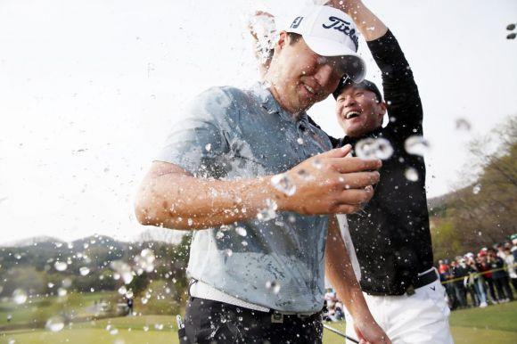 이태훈이 DB손해보험 프로미오픈 최종일 우승 직후 축하 물 세례를 받고 있다. 사진=KPGA