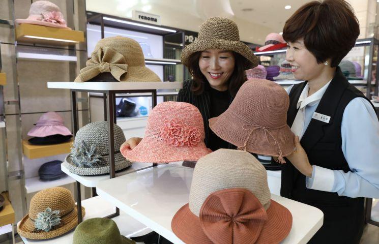 [포토] 롯데백화점 광주점, 천연소재 '라피아' 모자 선보여