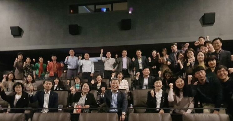 [포토] 광주 서구, 영화 '노무현과 바보들' 단체 관람