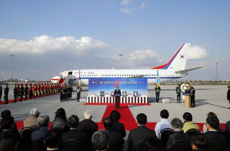 문재인 대통령이 21일 오후(현지시간) 카자흐스탄 누르술탄 국제공항에서 열린 독립유공자 계봉우·황운정 지사 유해 봉환식에서 추모사를 하고 있다. [이미지출처=연합뉴스]