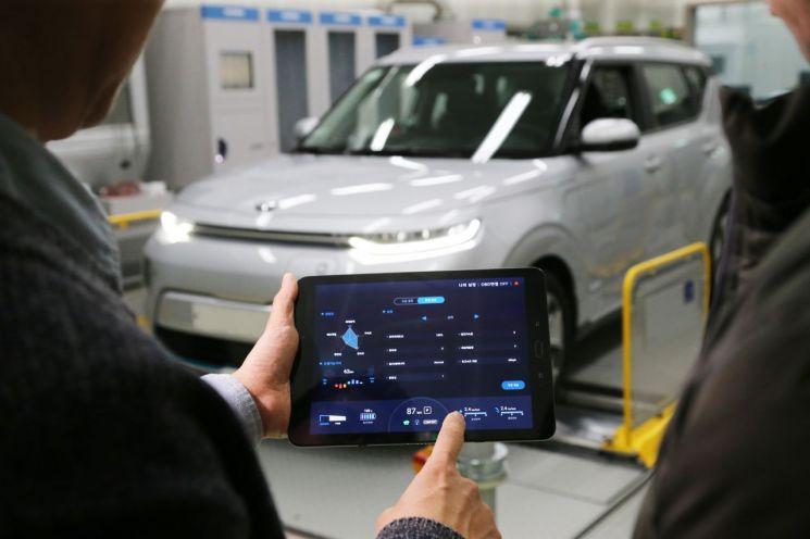 현대기아자동차가 스마트폰으로 전기차의 성능과 효율성, 운전감 등을 조절할 수 있는 '모바일 기반 전기차 튠업(Tune-Up) 기술'을 세계 최초로 개발했다.(사진=현대기아차)