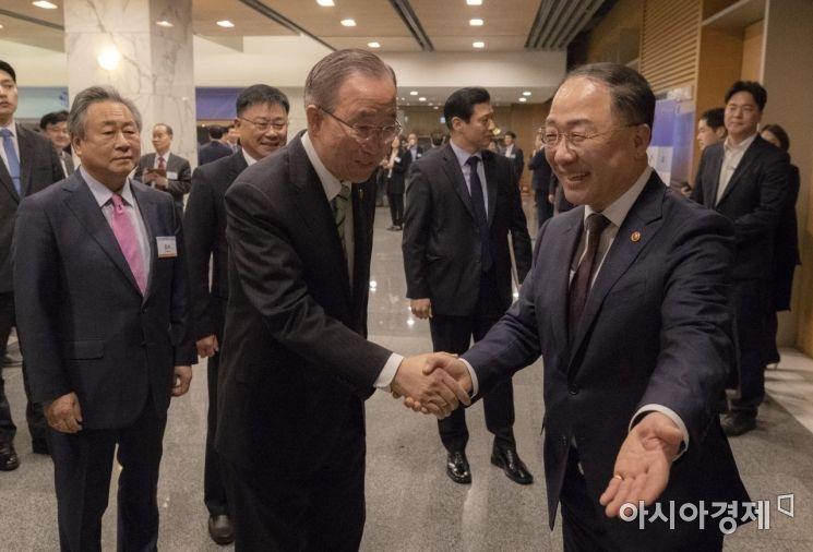 [포토] 인사 나누는 홍남기 부총리-반기문 전 총장