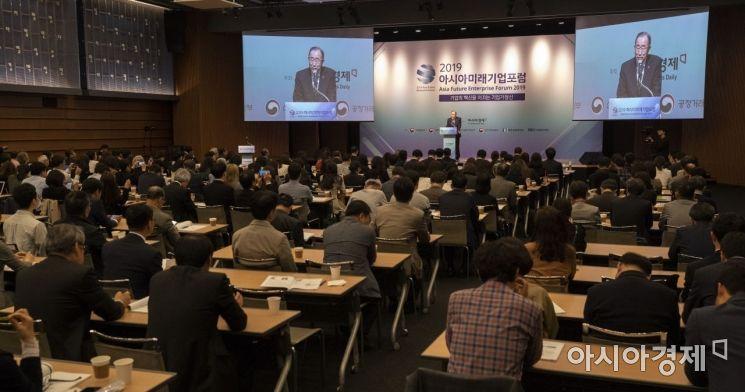 아시아경제주최로 22일 서울 중구 대한상의에서 열린 '2019아시아미래기업포럼'에 참석한 반기문 전 UN 사무총장이 기조강연을 하고 있다./윤동주 기자 doso7@