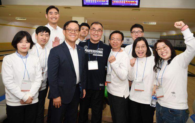 권희백 한화투자증권 대표이사(왼쪽에서 세번째)가 자선볼링대회 참가 임직원들과 기념촬영을 하고 있다.