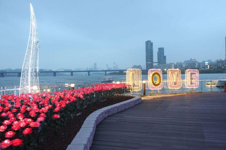 ▲세빛섬에 위치한 매일 사랑이 꽃핀다는 의미의 3650송이 LED 장미정원