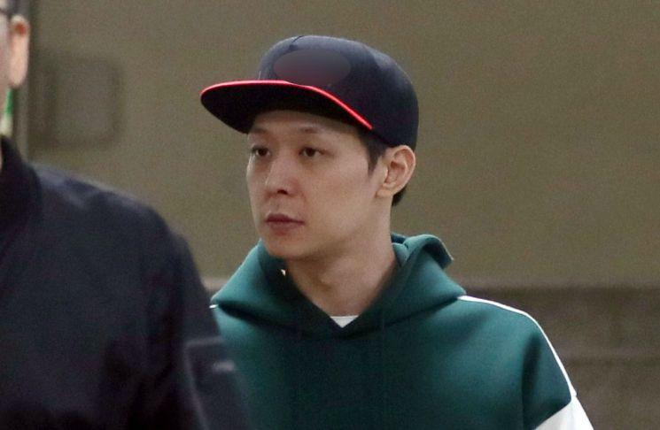 가수 겸 배우 박유천(33) 씨가 마약 투약 혐의에 대한 경찰 조사를 마치고 18일 오후 경기도 수원시 경기남부지방경찰청에서 나오고 있다. 사진=연합뉴스