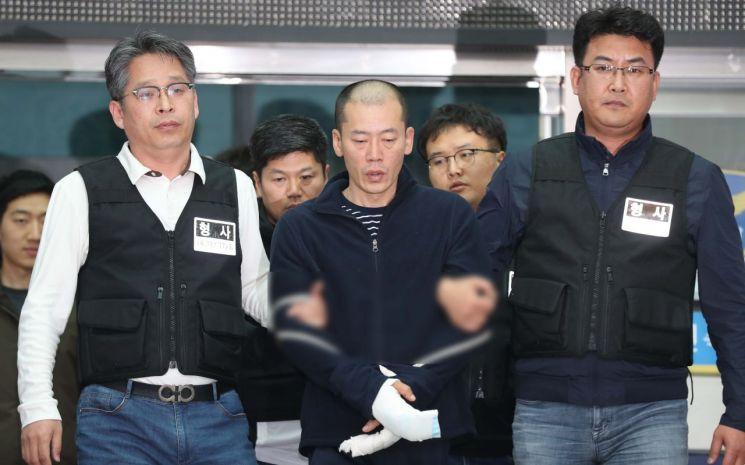 진주 아파트 방화·살인 혐의로 구속된 안인득(42)이 병원을 가기 위해 19일 오후 경남 진주경찰서에서 이동하고 있다. [이미지출처=연합뉴스]