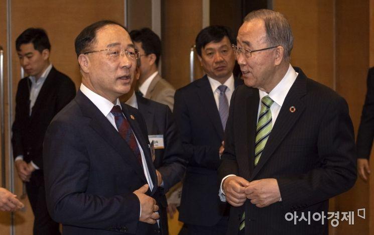 [포토] 의견 나누는 홍남기 부총리-반기문 전 총장