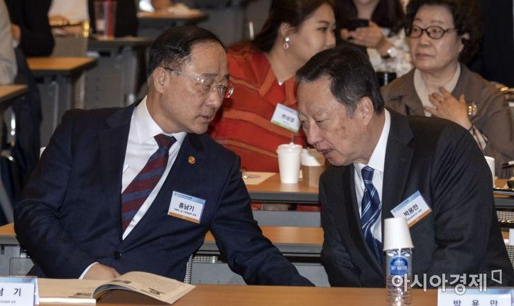 [포토] 의견 나누는 홍남기 부총리-박용만 회장