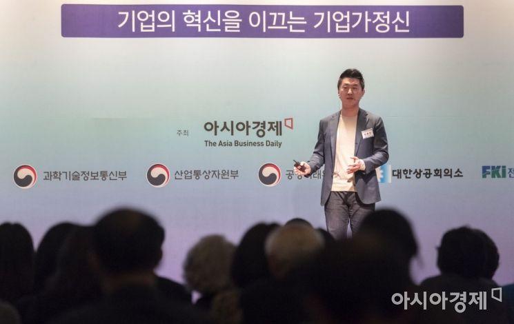[포토] 강연하는 김종윤 야놀자 대표