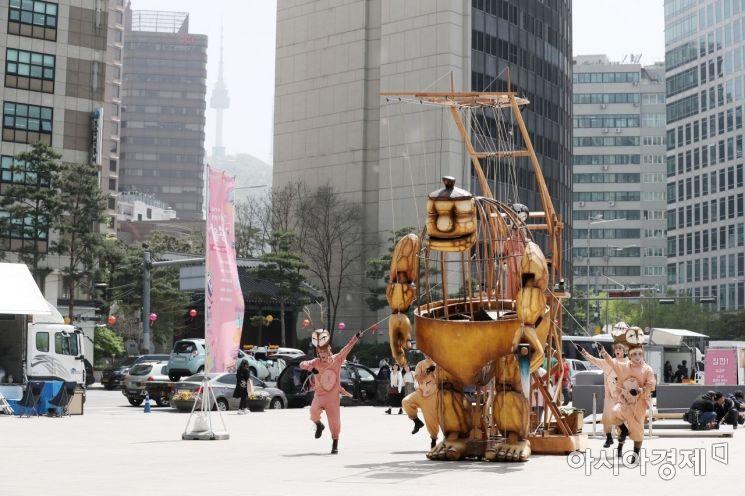 [포토]선녀와 나무꾼 인형극 펼쳐진 서울광장